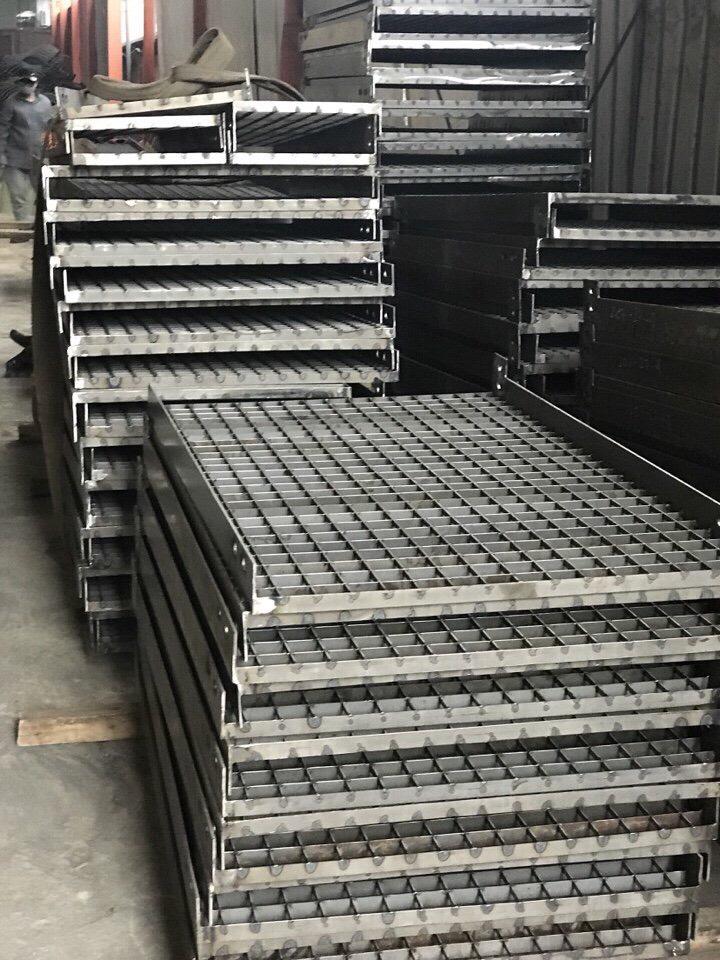 Lưới Grating được sử dụng để làm lưới chắn rác, lắm nắp mương, bậc cầu thang
